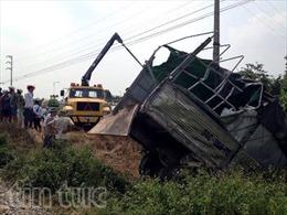 Tàu hỏa húc xe tải, tài xế văng khỏi cabin tử vong