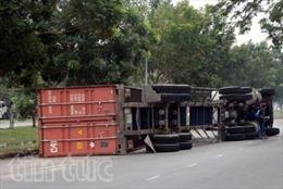 Xe container lật nhào, tài xế đạp cửa thoát thân
