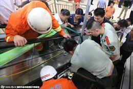 Lại tai nạn thang cuốn Trung Quốc, bé 3 tuổi mắc kẹt tay