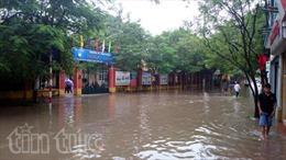 Quận Long Biên mưa ngập cục bộ, ách tắc giao thông