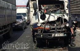 Hai xe tải tông nhau, tài xế kẹt cứng trong cabin