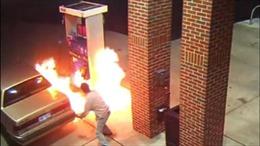 Trạm xăng bốc cháy vì khách dùng lửa đốt nhện