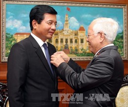 Trao tặng Huy hiệu TPHCM cho Đại sứ Lào tại Việt Nam