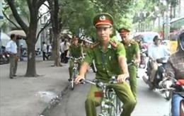 Hình ảnh thân thiện công an Hà Nội tuần tra bằng xe đạp