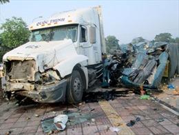 Xe tải đấu đầu xe container, phụ xe tử vong tại chỗ