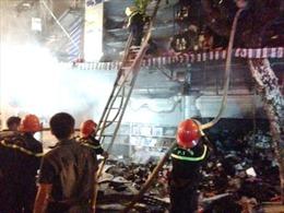 Cháy lớn nhà 4 tầng phố Hàng Mã, Hà Nội