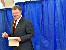 """Tài phiệt Ukraine """"rơi rụng"""", chỉ Tổng thống Poroshenko kiếm được tiền"""