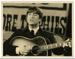 """Đàn guitar của John Lennon có giá """"khủng"""""""