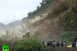 Dân Trung Quốc liều mình đứng xem lở đất