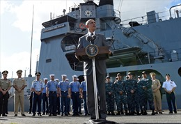 Ông Obama thăm soái hạm Philippines, ngầm thách thức Trung Quốc