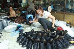 Giày da truyền thống vẫn chỉ đi quanh làng