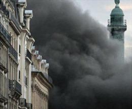 Cháy lớn khách sạn sang trọng ở Paris