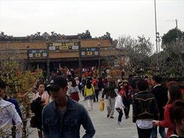 Thừa Thiên - Huế: Mùng 1 Tết Bính Thân, các điểm du lịch tâm linh đông kín khách