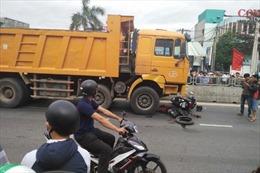 Xe tải kéo lê xe máy 20m, hai mẹ con tử vong