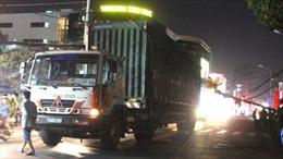 Xe tải kéo đổ hàng loạt trụ thông tin, dây điện