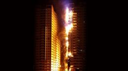 """Bà hỏa """"liếm"""" trọn 2 tòa nhà chọc trời ở UAE"""