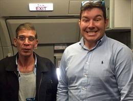 Con tin hớn hở chụp ảnh với kẻ cướp máy bay