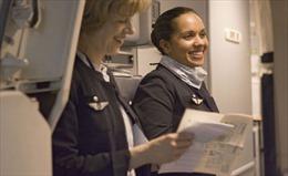 Nữ tiếp viên Air France phải dùng khăn che đầu khi tới Iran