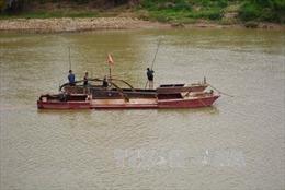 Dân bức xúc đốt tàu khai thác cát trên sông Lô