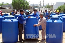 Hỗ trợ dụng cụ chứa nước cho người dân Ninh Thuận