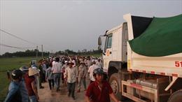 Dân bức xúc chặn xe chở đất gây bụi, tông chết người
