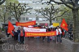 Người Việt đội mưa biểu tình phản đối Trung Quốc tại Zurich