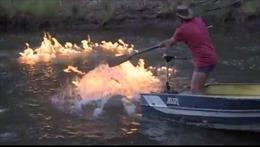Nghị sĩ Australia đốt cháy dòng sông ô nhiễm