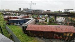 Tàu hỏa trật bánh làm rò rỉ hóa chất độc hại