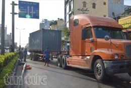 Xe container tông đổ 3 trụ đèn, ùn tắc 2 km đường Sài Gòn