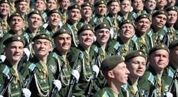 Tại sao lính Nga tươi cười khi diễu binh Ngày Chiến thắng?