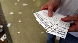 Máu me cờ bạc, mang cả vợ đi cược cricket