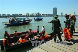 Tàu du lịch chìm trên sông Hàn do quá tải