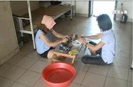 Sinh viên KTX chống chọi với thời tiết nắng nóng