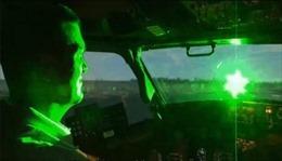 Tia laser chiếu vào máy bay là nguy cơ mất an toàn hàng không