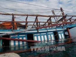 Cứu 6 ngư dân trên tàu cá bị phá nước