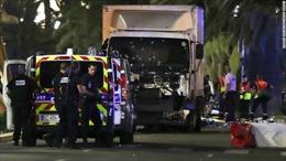 Khủng bố tấn công trong ngày quốc khánh Pháp, 84 người thiệt mạng