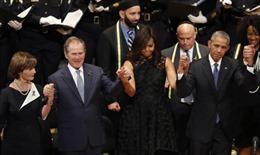 """Cựu Tổng thống Bush """"gây bão"""" khi nhún nhảy trong lễ tưởng niệm"""