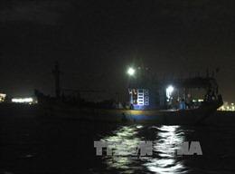 Lai dắt tàu câu mực cùng 7 ngư dân bị mắc cạn vào bờ