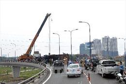 Xe tải lật chắn ngang đầu cầu Sài Gòn