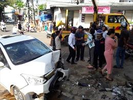 Ô tô mất lái gây tai nạn liên hoàn