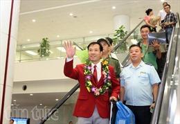Người hùng Hoàng Xuân Vinh về đến Nội Bài