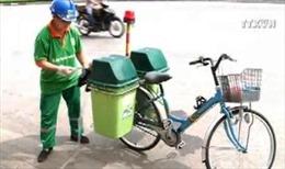 Dư luận trái chiều quanh việc dùng xe đạp dọn rác ở Hà Nội