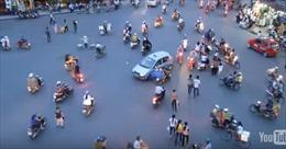 """Xe tự hành """"bó tay"""" trước giao thông Việt Nam"""