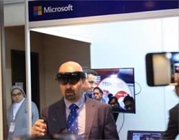Microsoft gây chú ý khi trình diễn kính HoloLens