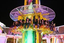 Du khách thích thú với Tháp rơi tự do tại Asia Park