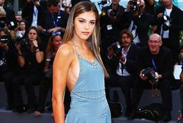 """Ái nữ của """"người hùng"""" Stallone diện váy không nội y tại LHP Venice"""