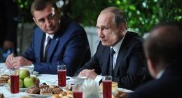 Tổng thống Putin nếm chiếc bánh Lev Tolstoy yêu thích