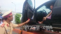 Nữ tài xế phạm luật, cố thủ trong xe ô tô