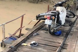 Tai nạn trên cầu phao qua sông Chu, 2 người chết đuối