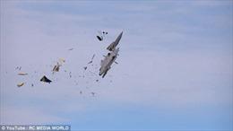 Chiến đấu cơ mô hình vỡ tan tành trên không trung